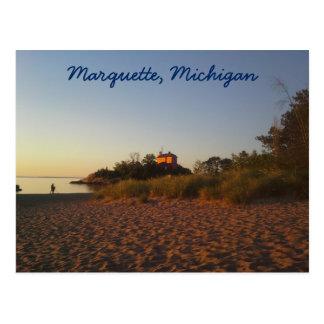 Faro y playa en la salida del sol en Marquette Postal