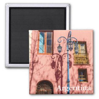 Farola y pared rosada imán cuadrado