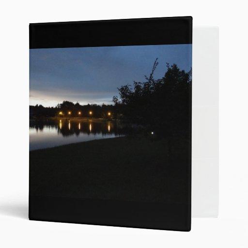 Farolas que reflejan en el lago