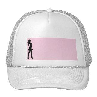 Fashionista en rosa y gris gorro de camionero