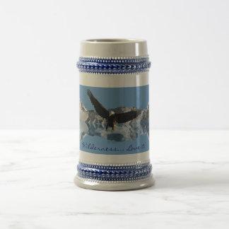 Fauna de Eagle calvo del VUELO de EAGLE que bebe a Taza