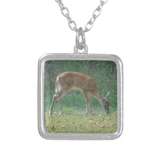 fauno, ciervo del bebé en la punta de flecha del l colgante cuadrado