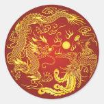 Favor chino del boda de Phoenix del dragón rojo Pegatina Redonda
