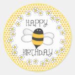 Favor de fiesta del feliz cumpleaños de la abeja etiquetas redondas