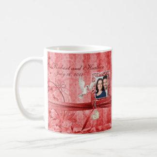 Favor floral rojo de encargo de la taza del boda d