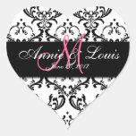 Favor negro del boda de la inicial del rosa del da colcomanias de corazon