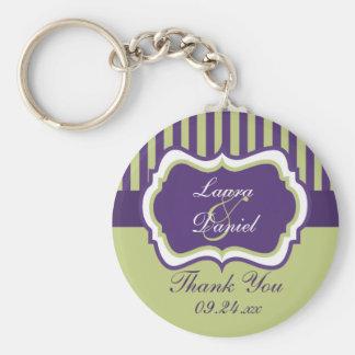 Favor rayado púrpura, verde, blanco del boda llavero redondo tipo pin