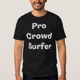 Favorable persona que practica surf de la polera