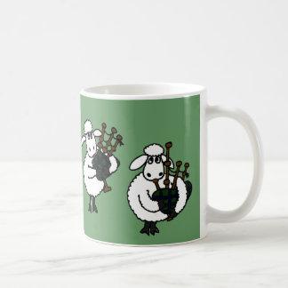 FB ovejas impresionantes que tocan las gaitas Taza De Café