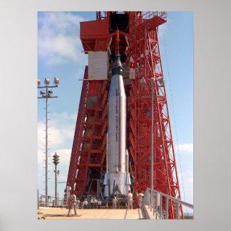 Fe 7 (atlas de Mercury 9) en la plataforma de lanz Posters