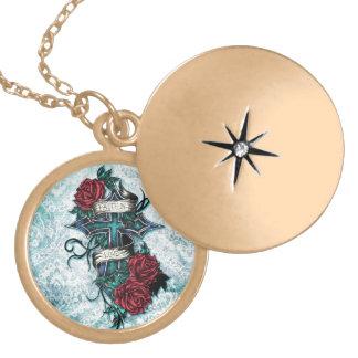 Fe en cruz y rosas del amor en estilo del tatuaje medallón