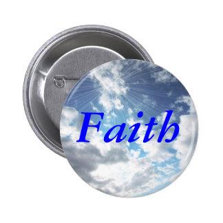 Fe en el Pin del botón del cielo azul