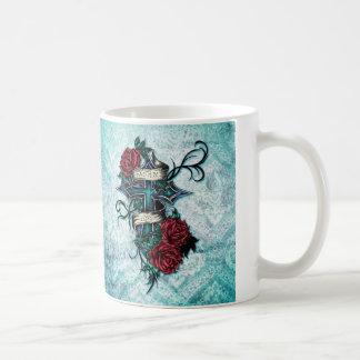 Fe en rosas del amor y arte cruzado en base azul taza clásica