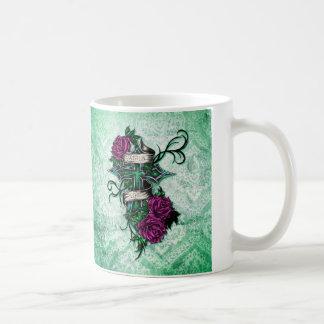 Fe en rosas del amor y arte cruzado en base verde taza de café