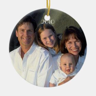 Fecha de la foto de familia con navidad del año en adorno redondo de cerámica