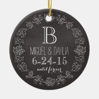 Fecha personalizada del boda del monograma de la adorno redondo de cerámica