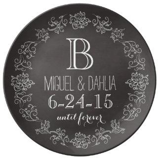 Fecha personalizada del boda del monograma de la p plato de cerámica