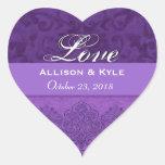 Fecha púrpura de novia y del novio del amor pegatina en forma de corazón