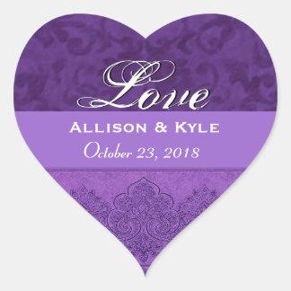 Fecha púrpura de novia y del novio del amor pegatinas de corazon