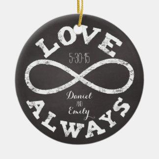 Fecha y nombres del boda del amor del infinito de adorno navideño redondo de cerámica