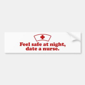 Feche a una enfermera pegatina para auto