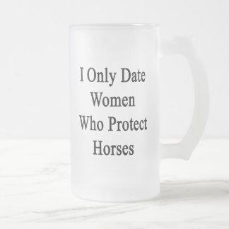 Fecho solamente a las mujeres que protegen caballo taza de café