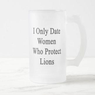 Fecho solamente a las mujeres que protegen leones tazas de café