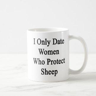 Fecho solamente a las mujeres que protegen ovejas tazas