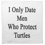 Fecho solamente a los hombres que protegen tortuga servilletas de papel