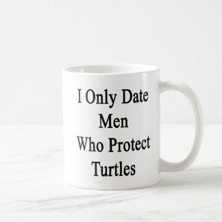 Fecho solamente a los hombres que protegen tortuga tazas de café
