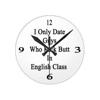 Fecho solamente a los individuos que golpean reloj redondo mediano