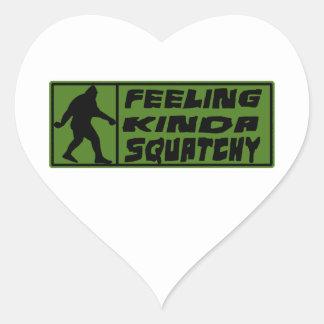 Feelin un poco Squatchy Pegatina En Forma De Corazón