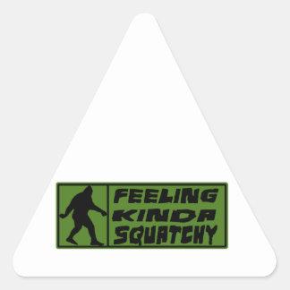 Feelin un poco Squatchy Pegatina Triangular