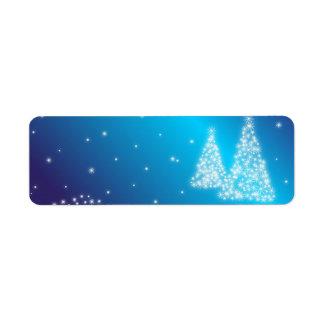 Felices árboles de navidad y estrellas etiqueta de remite