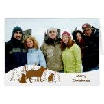 Felices árboles de navidad y gatos de un perro dos tarjeta