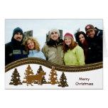 Felices árboles de navidad y perro tarjeta