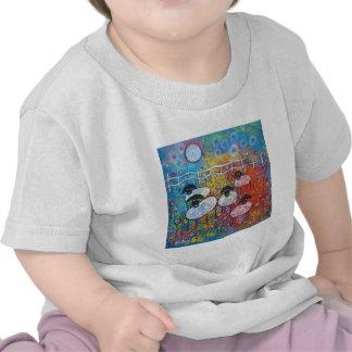 Felices ovejas en las flores camisetas