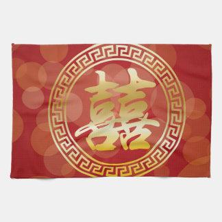 Felicidad china del doble del boda en fondo rojo toalla