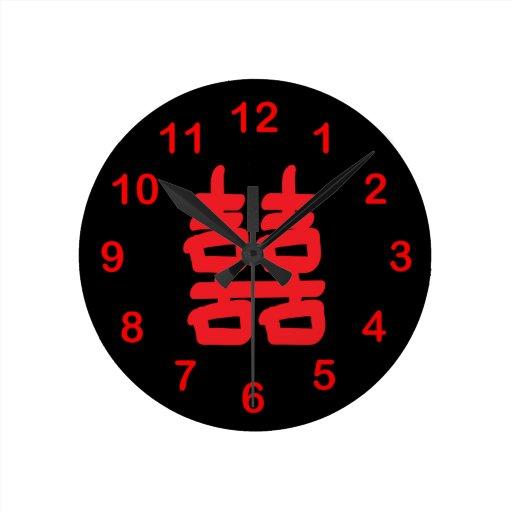 Felicidad doble en reloj de pared rojo