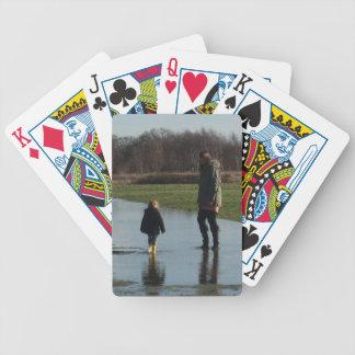 Felicidad en wellies amarillos barajas de cartas