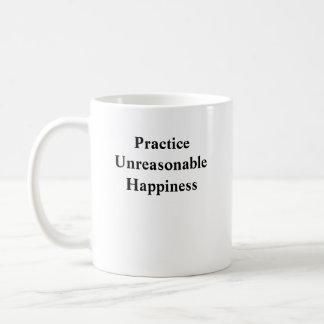 Felicidad irrazonable de la práctica taza básica blanca