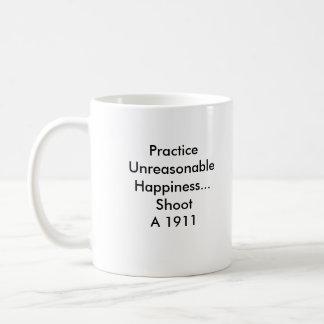 Felicidad irrazonable de la práctica… taza básica blanca
