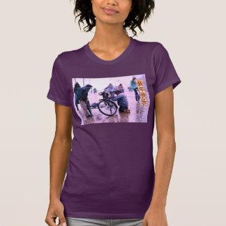 Felicidad y prosperidad que reparan la bici camisas