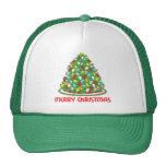 Feliz árbol de navidad con las luces multicoloras  gorro de camionero
