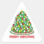 Feliz árbol de navidad con las luces multicoloras pegatina triangular