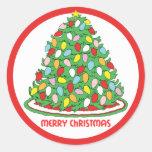 Feliz árbol de navidad con las luces multicoloras pegatina redonda