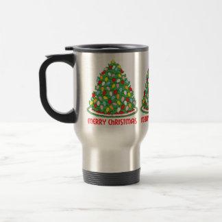 Feliz árbol de navidad con las luces multicoloras tazas de café