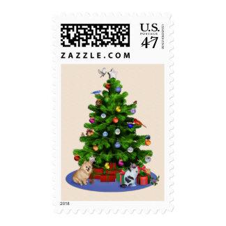 Feliz árbol de navidad con los pájaros, mariposas, estampillas