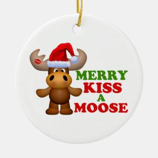Feliz beso lindo navidad de un alce adorno navideño redondo de cerámica