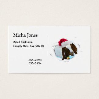 Feliz cabra del navidad del país con el gorra y tarjetas de visita